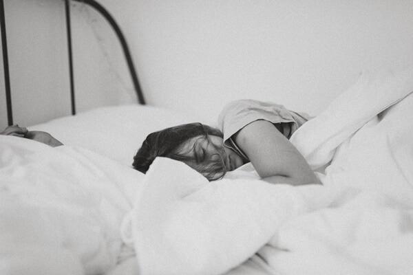 横を向いて寝る